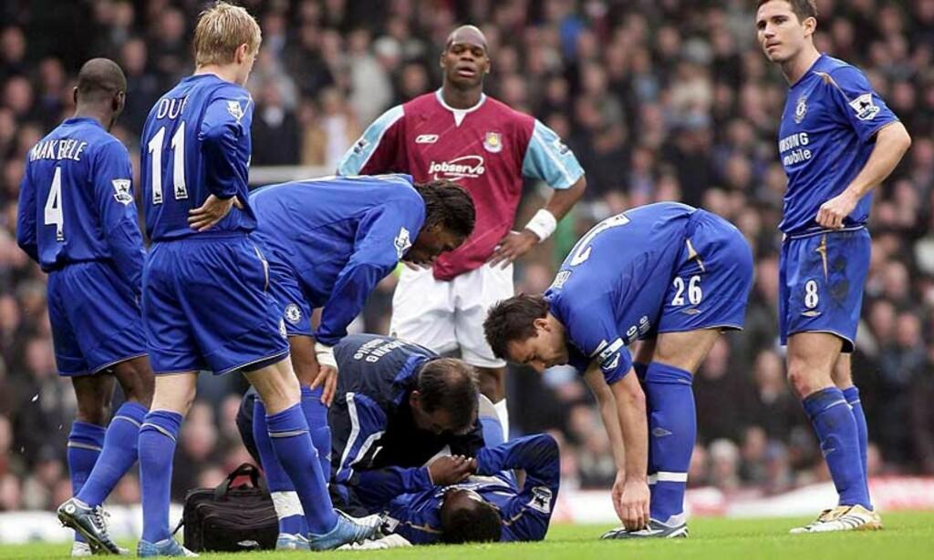 - KAN IKKE GÅ: Resultatene fra legeundersøkelsen er ikke kjent. Jose Mourinho kan imidlertid opplyse at Michael Essien ikke kan gå på ankelen etter at han ble felt av West Hams Nigel Reo-Coker i dag. Foto: EPA/Scanpix