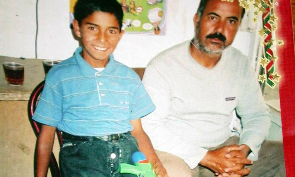 DØDE SØNDAG:  Mehmet Ali døde på sykehus øst i Tyrkia søndag. Her sammen med sin far Zeki Kocyigit. Foto: SCANPIX/REUTERS