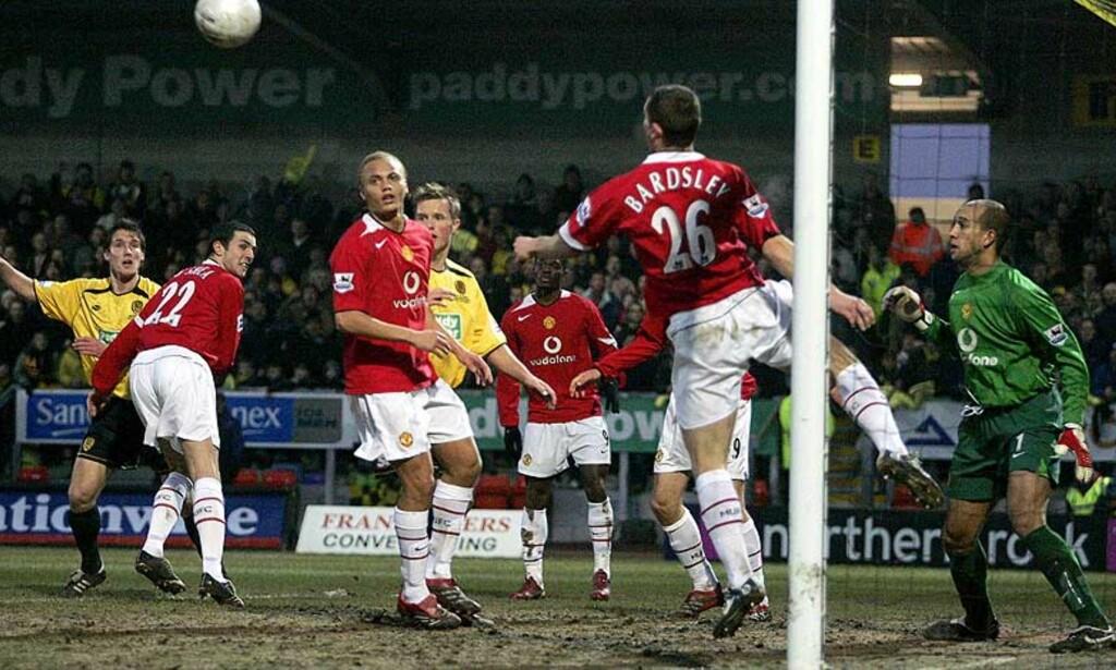 REDNING PÅ STREKEN: Her gjør Uniteds Phillip Bardsley sin første av to redninger på streken etter cornere fra Burton i første omgang. Foto: AP/Scanpix