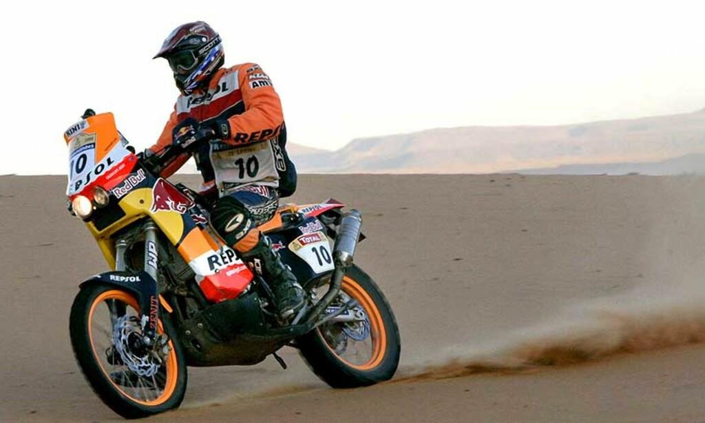 DREPT: Andy Coldecott omkom i en ulykke i Dakar-rallyet i dag. Her er han i aksjon under lørdagens åttende etappe. Foto: EPA/Scanpix