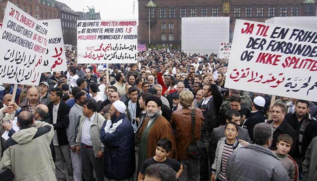 <strong><b>REAKSJONER:</strong></b> 14. oktober demonstrerte muslimer og støttespillere mot Jyllands-Postens tegninger av Muhammed. Ifølge den islamske tradisjon er det forbudt å billedliggjøre profeten for å unngå idolisering. Foto: Scanpix
