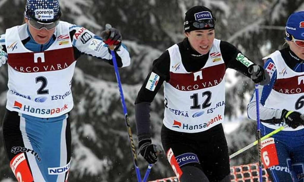 TREDJEPLASS: Ella Gjømle mellom Petra Majdic (t.v.) og Virpi Kuitunen under søndagens sprint i Otepää.