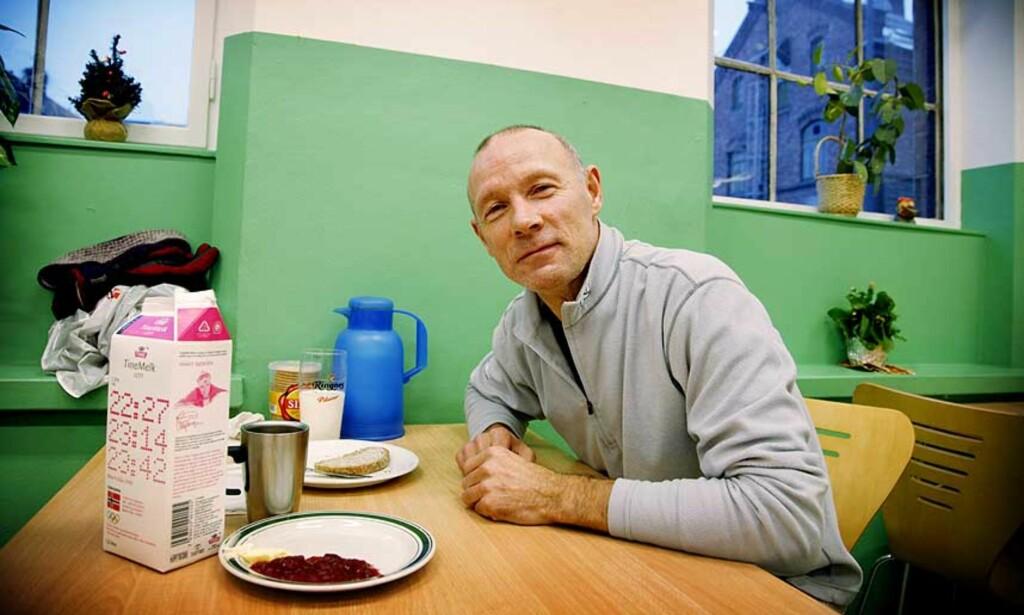 FATTIG:  Roger A. Bendiksen (56) har vært uføretrygdet siden 1982. Han prøver å ta vare på helsa ved å jogge og drive ulønnet arbeid. Dessuten har han sluttet å røyke. Her spiser han gratis frokost på kontaktsenteret til Blåkors i Oslo. Foto: Lars Eivind Bones