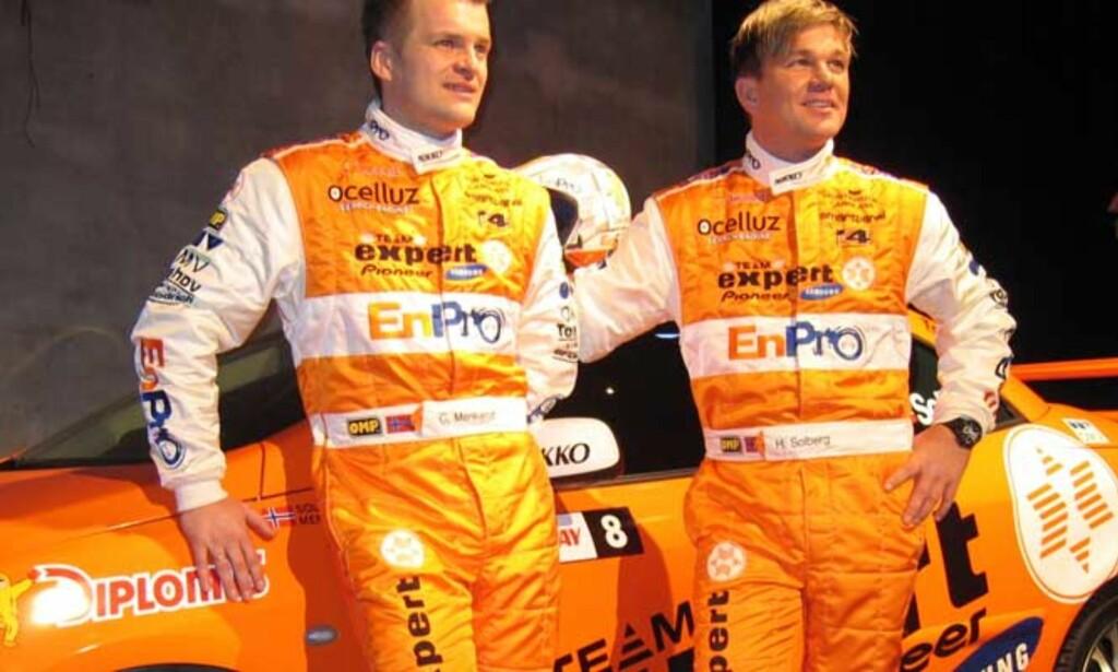 TRENDY? - Jeg har lest i avisa at oransje er skikkelig in nå, sier Henning Solberg (t.h.). Stemmer det, blir han og Cato Menkerud det mest moteriktige paret i WRC denne sesongen. Foto: Sigbjørn Strand