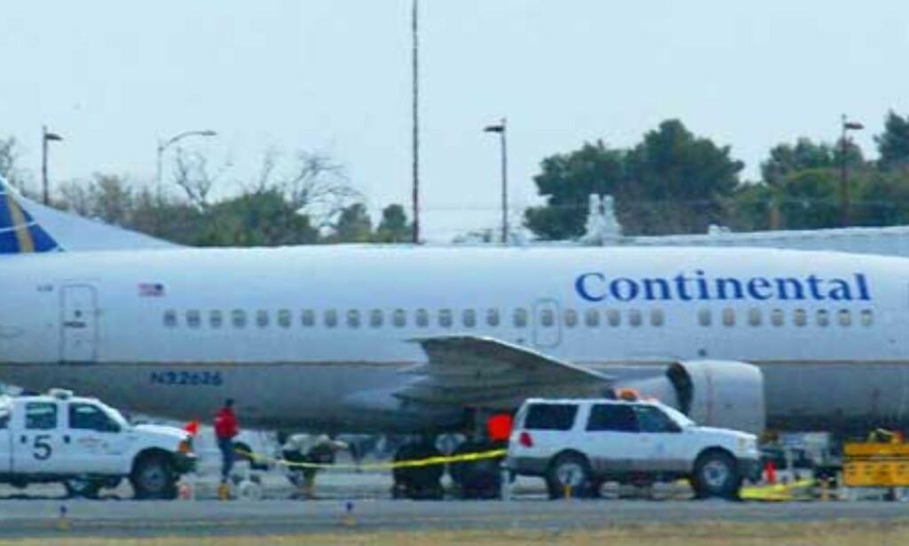 DREPT MOMENTANT:  Flyet ruset opp høyre motor for en sjekk, og flymekanikeren ble sugd rett inn. Foto: SCANPIX/AP