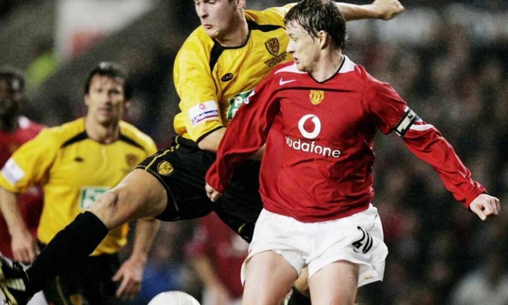 TAM: Fortsatt langt unna scoringsformen, men United-kaptein Ole Gunnar Solskjær var med på en enkel returseier over Burton og Jake Sedgemore. Foto: AP/Scanpix