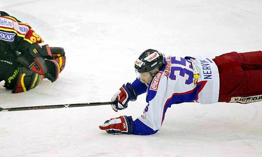 FÅR KARANTENE: anbefalingen fra ishockeyforbundets domsutvalg er at Aleksander Nervik skal få fire kampers karantene etter taklingen på Mikael Tjälldèn. Foto: SCANPIX