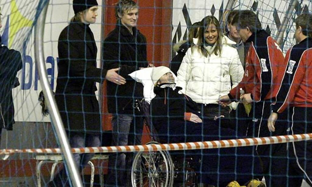 FINT BESØK: Dagfinn Enerly smiler og hilser på FFK-trener Knut Torbjørn Eggen i Østfoldhallen i dag. Foto: Scanpix