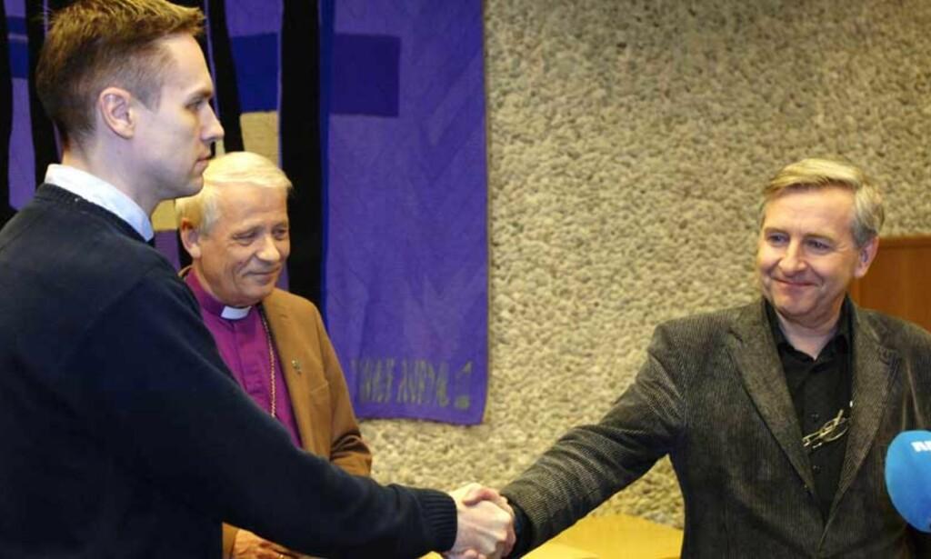 I POSITIV DIALOG: Bjørgvin-biskop Ole D. Hagesæther (midten) har bidratt til å få til en positiv dialog mellom Kristinas far Oddmund Hjartåker (t.v.) og sykehusets ledelse ved Stener Kvinnsland (t.h.). Foto: Scanpix