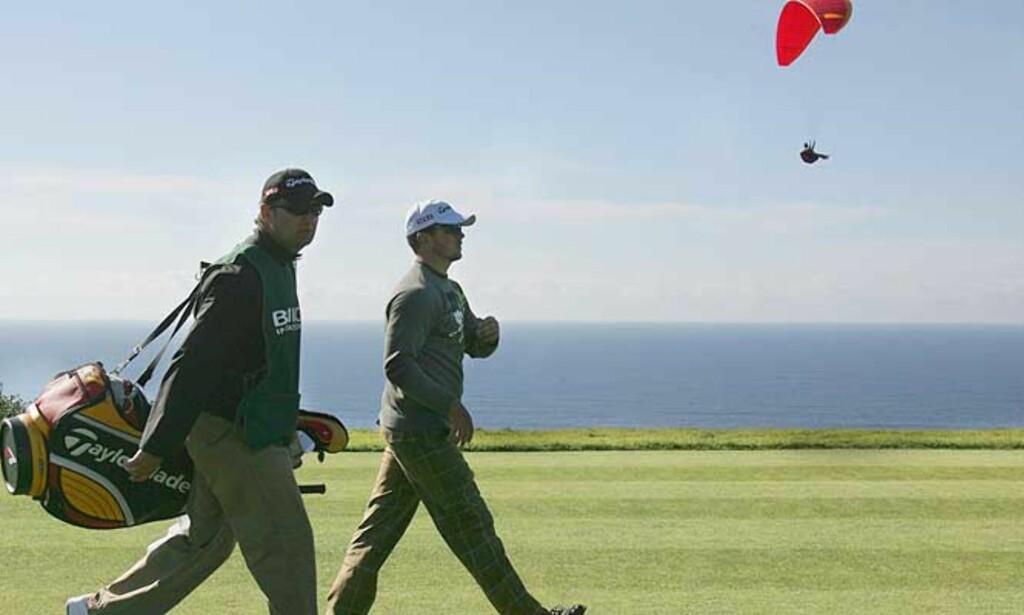 FLØY HØYT: Henrik Bjørnstad gjorde en kjempestor idrettsprestasjon med tiendeplass i PGA-turneringen Buick Invitational i dag. Ikke nok med det - midtveis ledet han hele greia! Foto: Scanpix