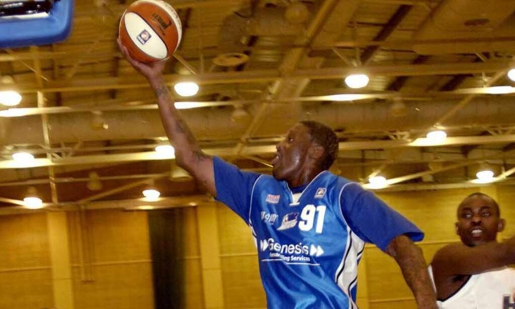HØYT OPPE: Dennis Rodman scorer for Brighton Bears mot Guildford Heat lørdag. Foto: AP/Scanpix