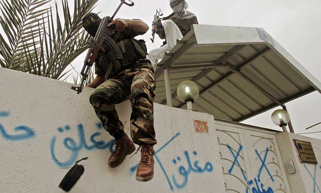 STENGER UD-KONTORET: Trusler om angrep mot nordmenn. Væpnede Fatah- og Islamsk Jihad-medlemmer omringer i dag EUs kontor og krever en unnskyldning fra Norge, Danmark og Frankrike. Foto: Mohammed Salem/Reuters