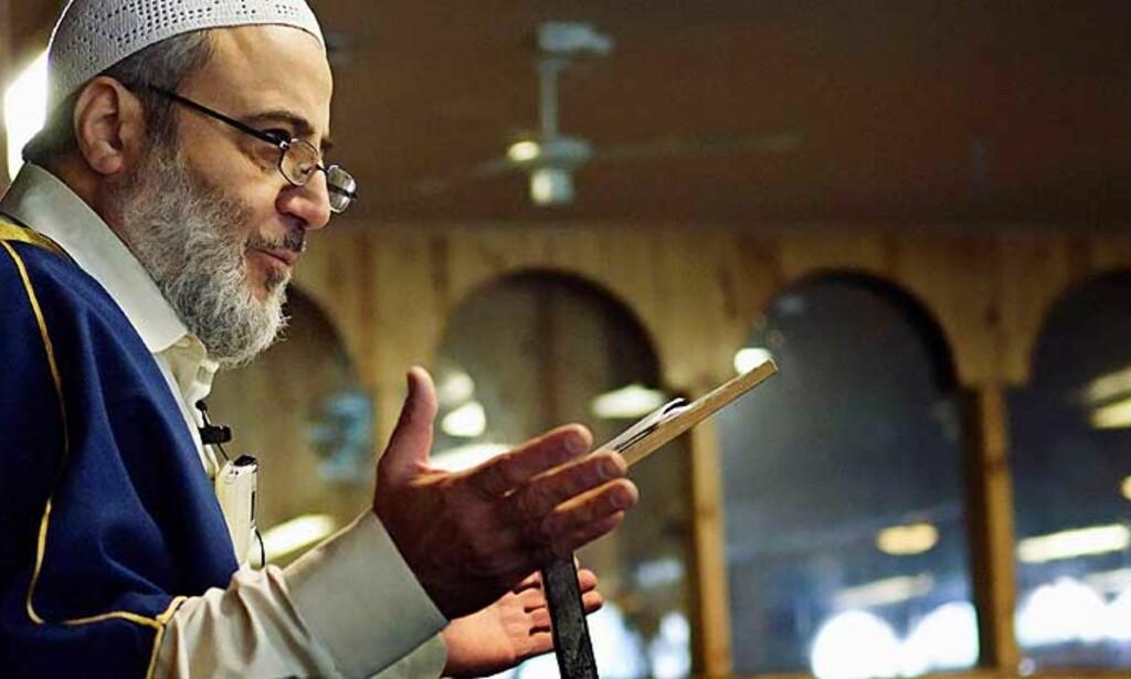 FREDAGSBØNN: Abu Laban ba om at det måtte nedsettes en uavhengig kommisjon. Foto: Scanpix/AP