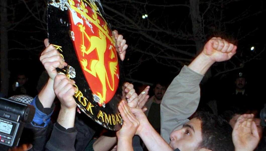 <strong><b>ANGREP AMBASSADEN:</strong></b> Rundt 100 demonstranter angrep den norske ambassaden i Teheran i kveld. Foto: Scanpix/EPA/ABEDIN TAHERKENAREH