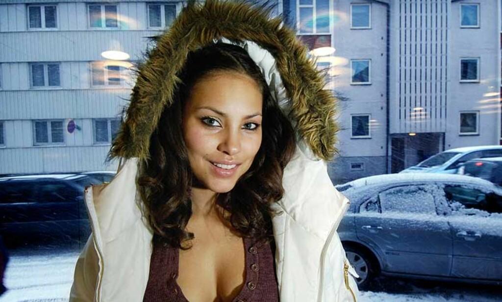 MIDT I SNØFØYKA: Årets Bylarm i Tromsø er preget av snøføyke. Mira Craig er kanskje en tykkhudet artist, men må pakke seg inn i en stor jakke. Foto: Tom Benjaminsen