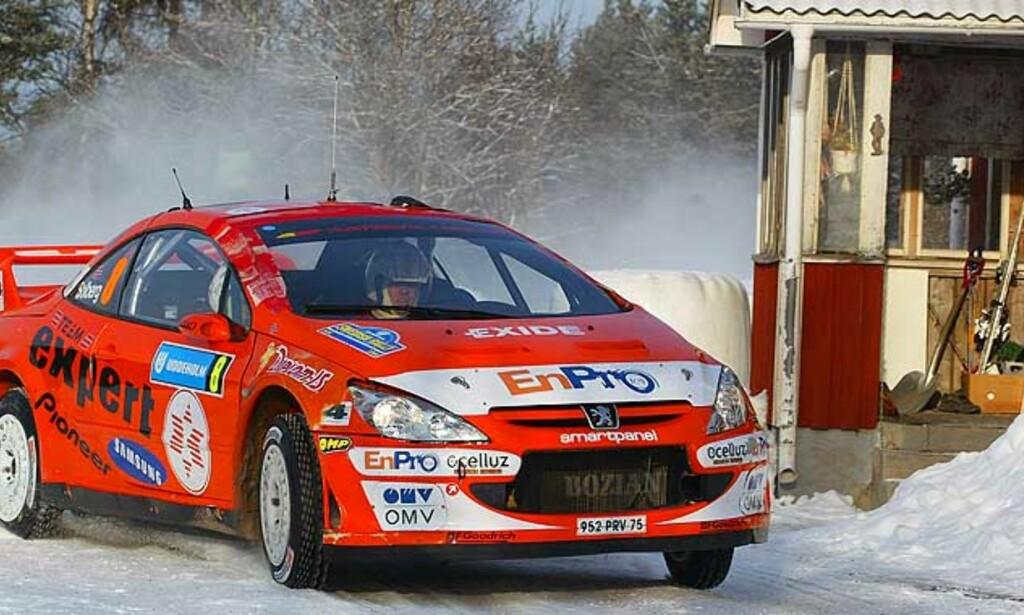 PÅ NORSKE VEIER: Henning Solberg og Cato Menkerud kjører i helga Rally Norway. Her fra svenskerallyet forrige helg. Foto: AP