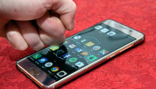 <strong>KNOK KNOK:</strong> Ved å bruke knoken mot skjermen kan du ta skjermbilder eller starte apper direkte. Foto: Pål Joakim Pollen