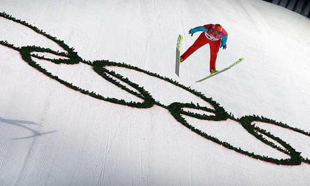 BRONSESVEV: Roar Ljøkelsøy flyr ned til OL-bronse i normalbakken i Pragelato. Foto: Reuters/Scanpix