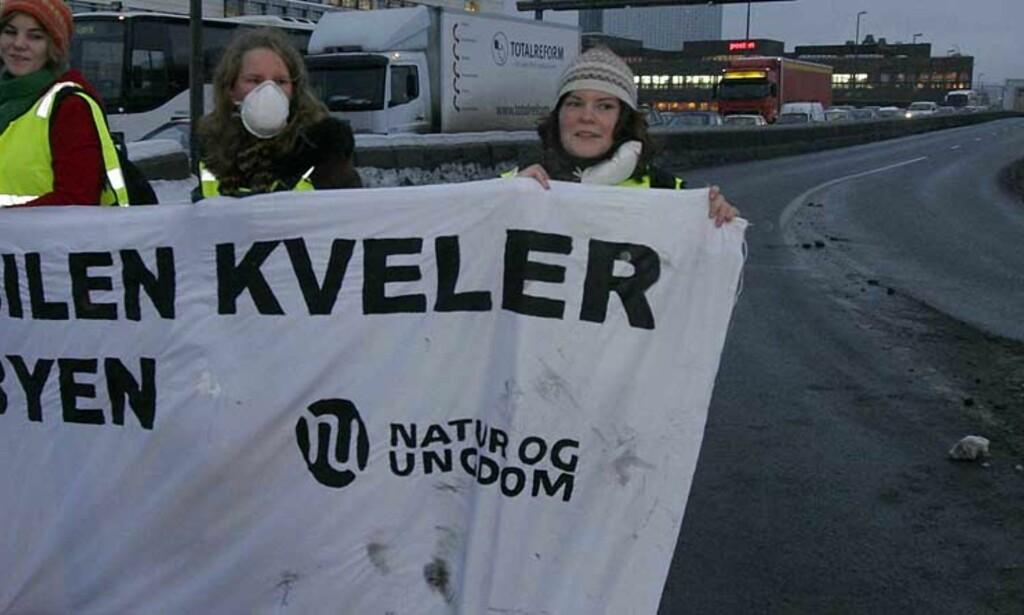BLE ARRESTERT: Elisabeth Sæther (t.v.), Ellen Engelstad og Marie Grime sto fast mot bilistene og Riksvei 4 var tom. Foto: Scanpix