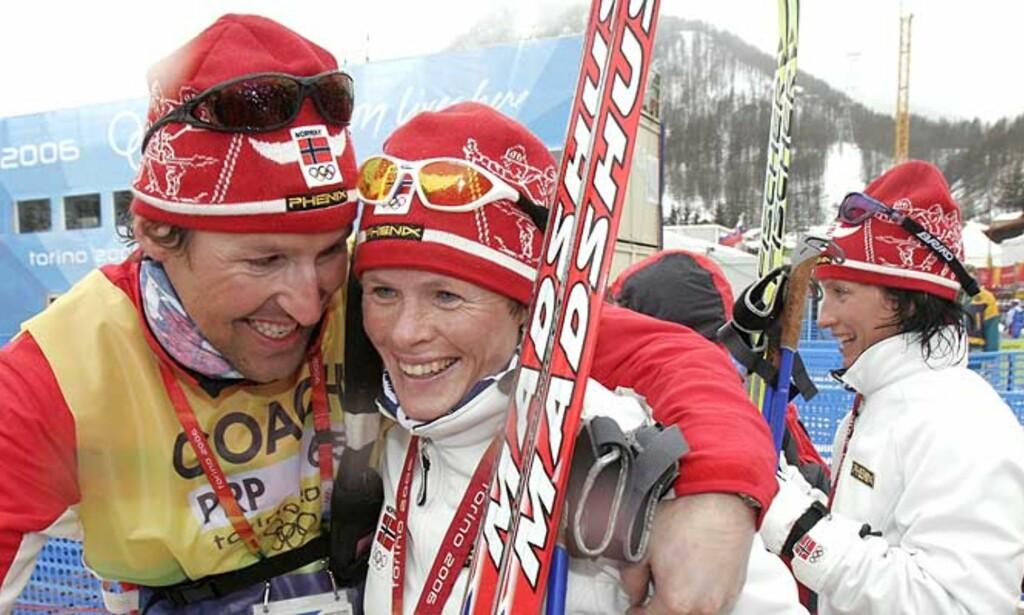 GLEDE: Hilde Gjermundshaug Pedersen (t.h.) gratuleres av landslagstrener Svein Tore Samdal. Foto:
