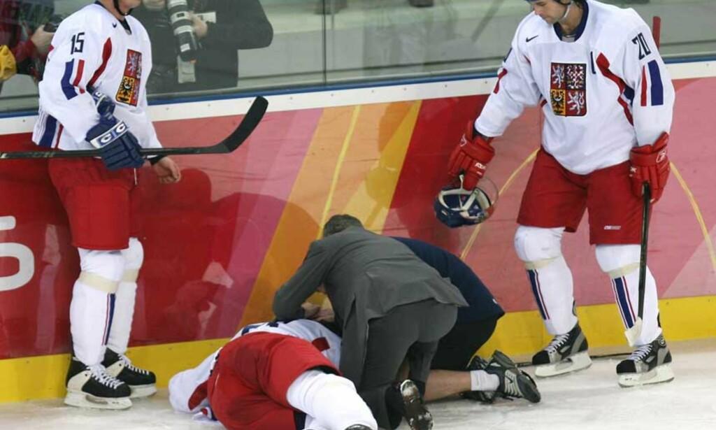 LIVLØS  Lagkameratene Tomas Kaberle og Robert Land er sjokkerte vitner til at lagkapteinen Jagomir Jagr lå livløs på isen i feler minutter. FOTO: Scanpix/Reuters.