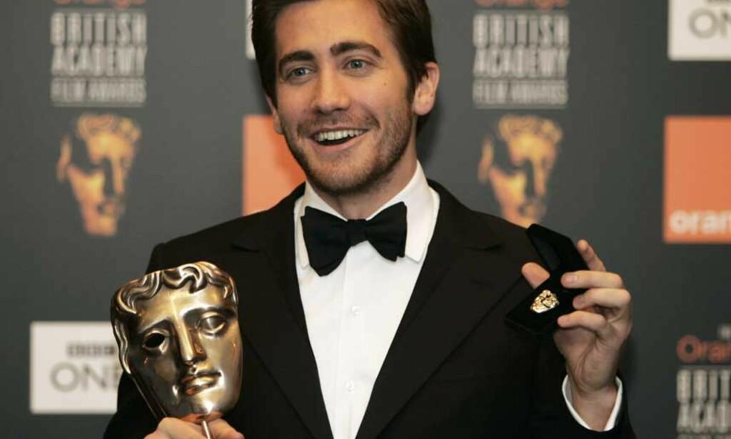 KVELDENS VINNER: Den kritikerroste filmen Brokeback Mountain stakk av med hele fire Bafta-priser. Jake Gyllenhaal fikk pris for beste mannlige birolle. Foto: Scanpix / AP