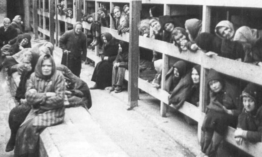 OVERLEVENDE: Rundt 7000 mennesker ble befridd fra konsentrasjonsleiren Auschwitz i Polen etter andre verdeskrig. Foto: Scanpix/Reuters