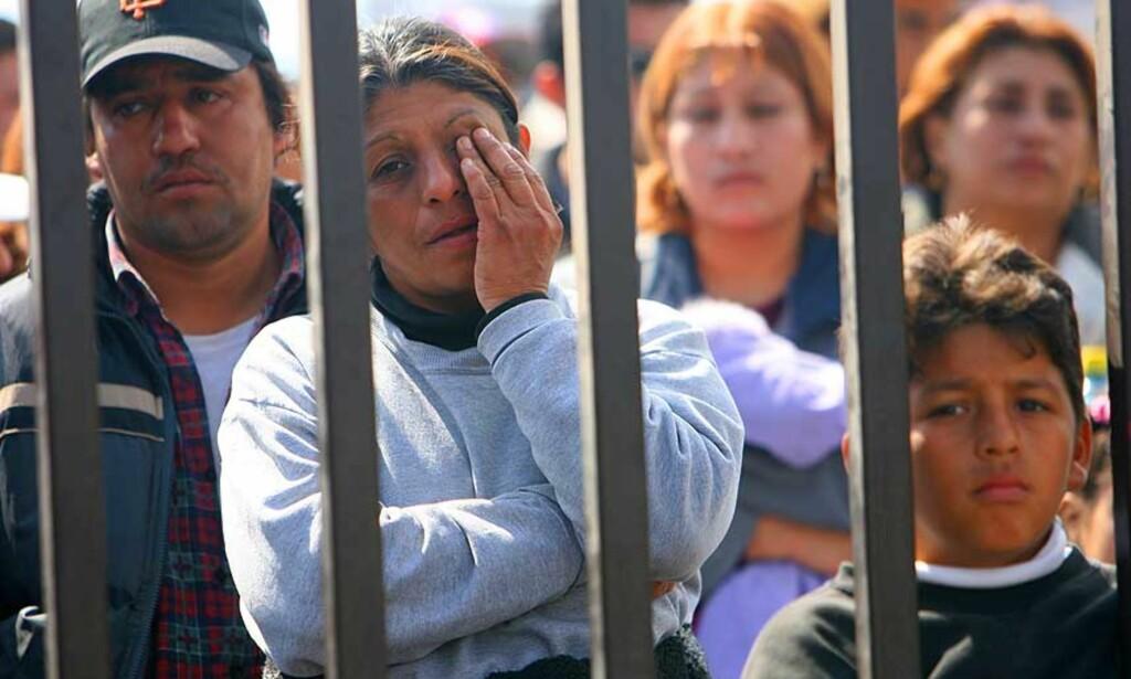 ER DESPERATE: Gruvearbeidernes familie synes ikke de får nok informasjon av redningsmannskapet. Foto: AP