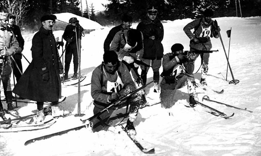 CHAMONIX 1924: Militært patruljeløp med innlagt skyting (som senere ble til grenen skiskyting) var en oppvisningsidrett under OL i Chamonix. På dette bildet er det franske lag på standplass. Men vet du hvor mange utøvere som deltok det første vinter-OL? Foto: Scanpix