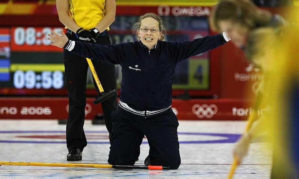 BRONSEMEDALJE, KOM HIT! Dordi Nordbys curlingjenter skal sikre pallplass etter skuffelsen i gårsdagens semifinale. Foto: Scanpix