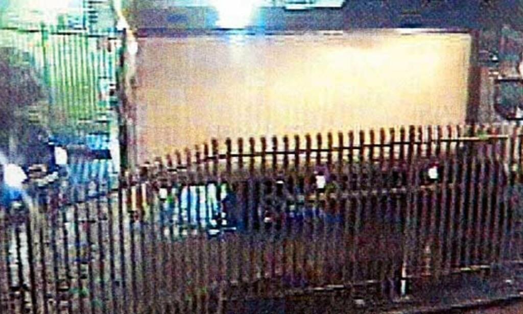 KJØRER INN: Bilder fra overvåkingskameraet viser ranerne når de ankommer depoet tidlig i går morges. Foto: Scanpix