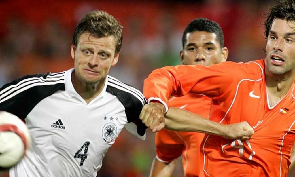 ORDNUNG MUSS SEIN: Christian Wörns (t.v.) kritiserte Tysklands landslagssjef Jürgen Klinsmann. Det var ikke så lurt. Foto: AP/Scanpix