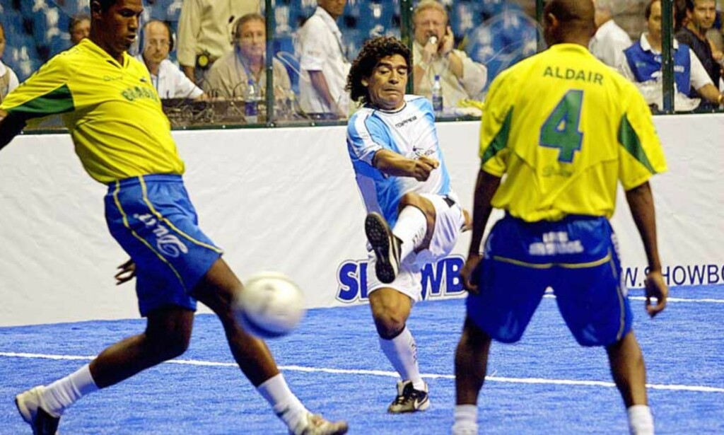 TILBAKE PÅ BANEN: Nylig bidro Maradona til at gamle argentinske helter slo gamle brasilianske motstandere i en oppvisningskamp. Nå tror Maradona på Brasil i VM. Foto: Scanpix