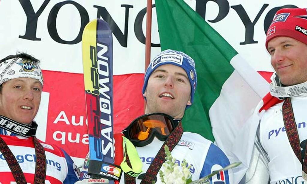 PALLEN: Italienske David Simoncelli (i midten) vant storslalåmen foran Massimiliano Blardone (Italia) og Aksel Lund Svindal (t.h.). Foto: Lee Jae-Won/Reuters/Sacnpix