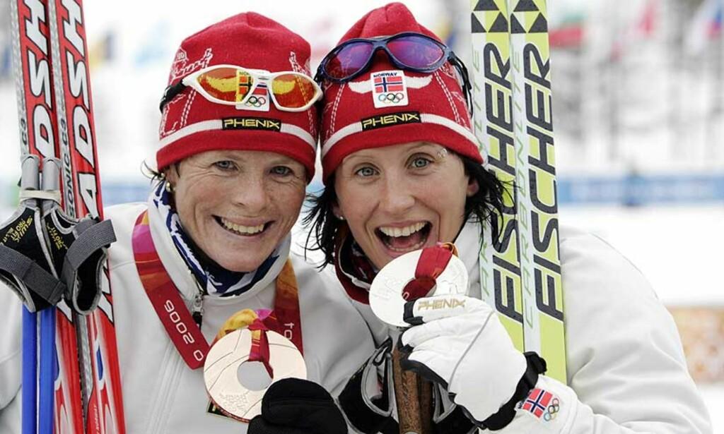 GLADJENTER: Hilde Gjermundshaug Pedersen (t.v.) og Marit Bjørgen tok bronse og sølv under 10-kilometeren i OL. I dag ble det sølv og gull. Foto: Cornelius Poppe/Scanpix