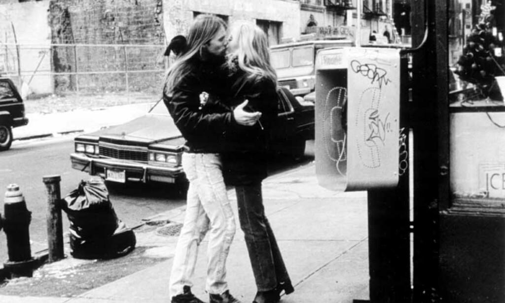 Her kysser Aune Sand daværende partner og hovedrolleinnehaver Siv Stubsveen i «Dis». Foto: «Dis»