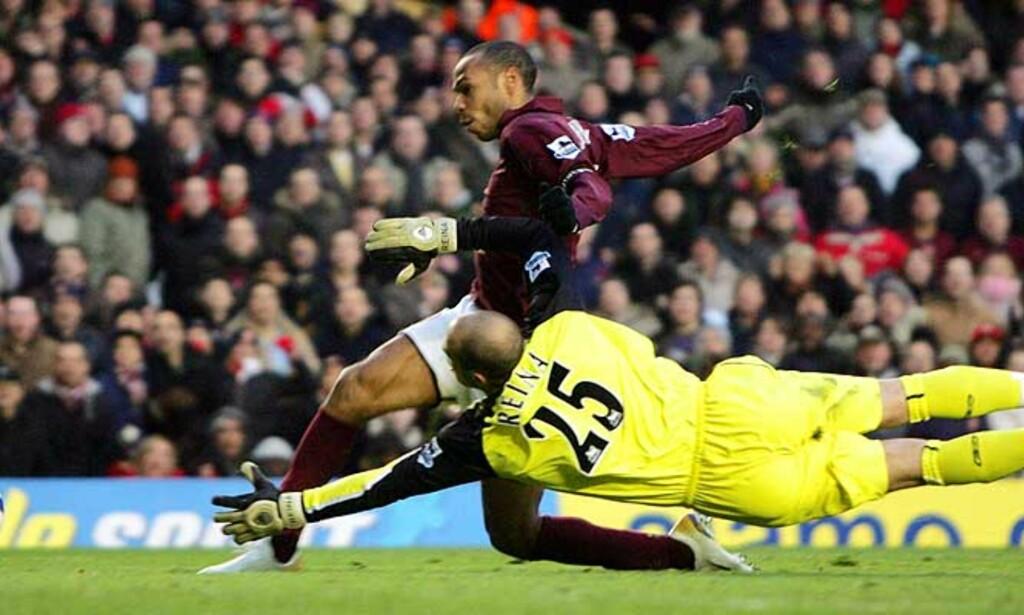 AVGJØRELSEN: Thierry Henry setter inn 2-1 til Arsenal mot Liverpool bak en sjanseløs Jose Reina. Men det var Steven Gerrards horrible tilbakespill som forårsaket målet. Scanpix: AP/Scanpix