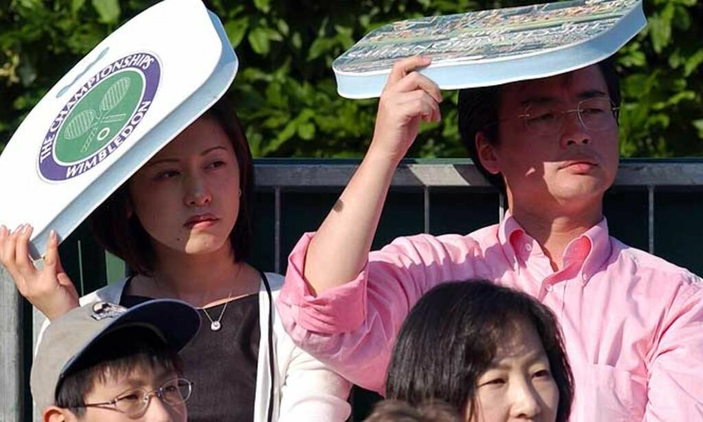 BEDRE PLASS: Til sommeren slipper folk å ha sitteunderlaget på hodet under Wimbledon-turneringen. Setene blir fem centimeter bredere.