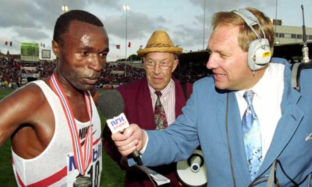 PÅ INDRE BANE: NRKs sportskommentator Terje Dalby intervjuer Yobes Ondieki (Kenya), som satte ny verdensrekord på 10 000 meter under Bislett Games i 1993. Foto: SCANPIX