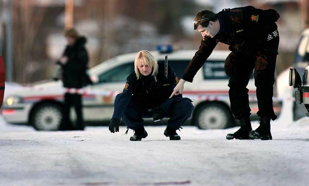 HER BLE HAN DREPT: Lennart Faugli (31) hadde håndjern og ble eskortert av politiet fra retten mot en ventende politibil da han ble skutt til døde. Åstedsgranskere sikrer her spor. Foto: Henning Lillegård