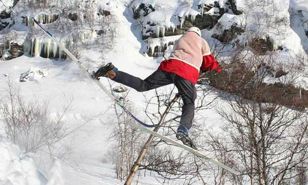 FRI FLYT: Skitrehoppernes oppgave er altså å treffe treet, og så holde seg fast i det. NM går av stabelen om halvannen uke. Foto: Inge Lundereng