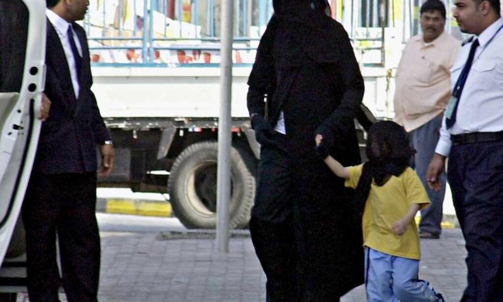 Lav profil: Dersom du ikke har betalt lønn til dine ansatte på tre måneder, er det lurt å holde lav profil. Her er Michael Jackson i Manama i Barain i januar. Foto: Scanpix