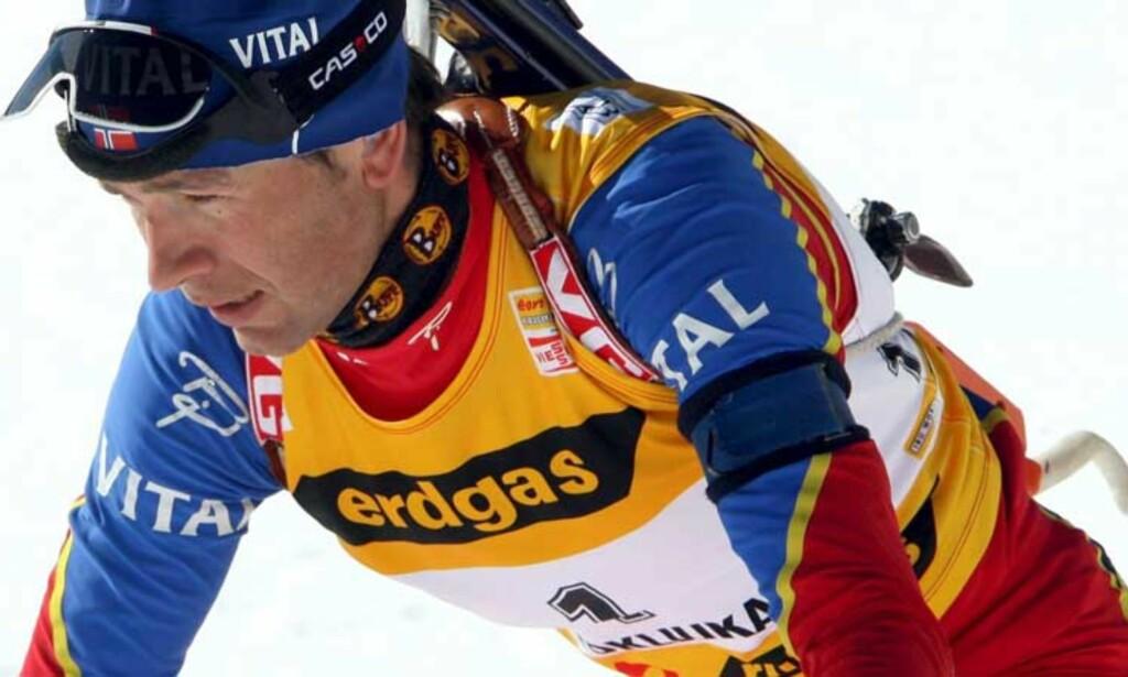 MÅ JAGE: Ole Einar Bjørndalen starter 48 sekunder bak Carl Johan Bergman. Foto: Scanpix