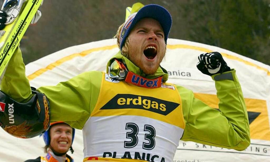GLAD: Verdens lengstflygende hopper, Bjørn Einar Romøren, brøler ut sin glede etter gårsdagens seier. Bak er Roar Ljøkelsøy nesten like glad for andreplassen. Foto: Scanpix