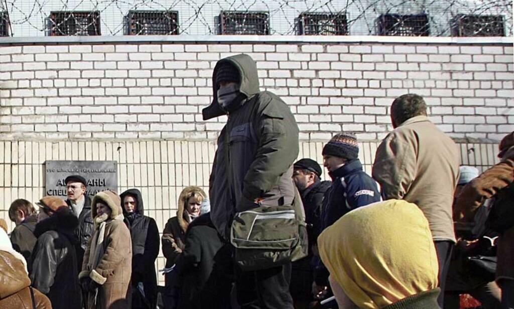 ARRESTERT: Venner og slektninger av de arresterte demonstrantene ventet i dag med mat og klær utenfor fengselet. Foto: SCANPIX