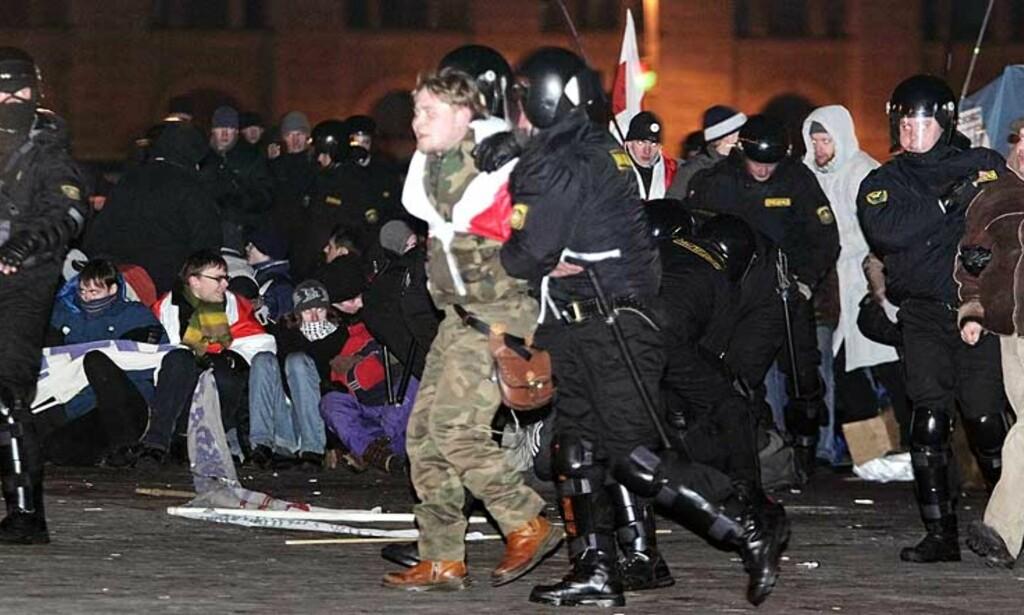 KNEBLET OPPOSISJONEN: Opprørspoliti stormet i natt teltleiren opposisjonen hadde opprettet på Oktoberplassen i Minsk, og tømte plassen i løpet av kort tid. Foto: Scanpix