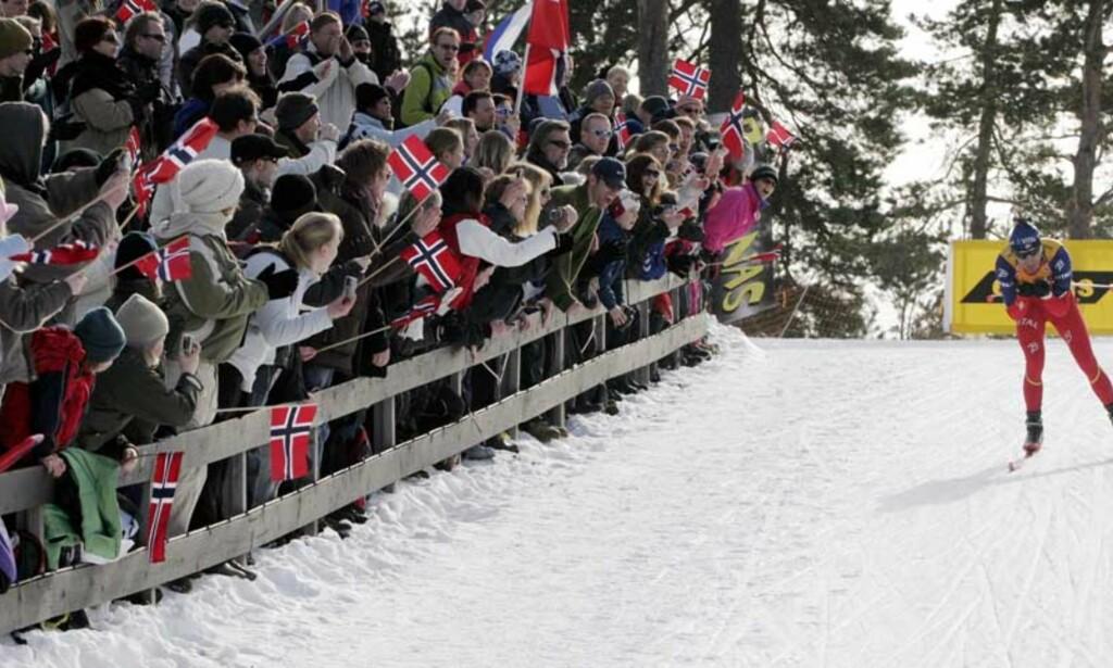 SUVEREN:  Ole Einar Bjørndalen koste seg fram til sin 62. verdenscupseier blant tusenvis av tilskuere i Holmenkollen i går. -  Det var uansett flott å vinne verdenscupen i dag, sier Bjørndalen. Foto: Jarl Fr. Erichsen/Scanpix