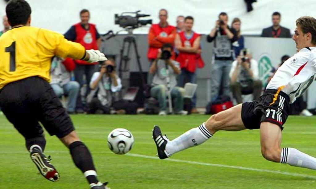 LEKTE MED LUXEMBOURG: Miroslav Klose setter inn ett av sine to - og Tysklands sju - mål mot Luxembourg i dag. Foto: EPA/Scanpix