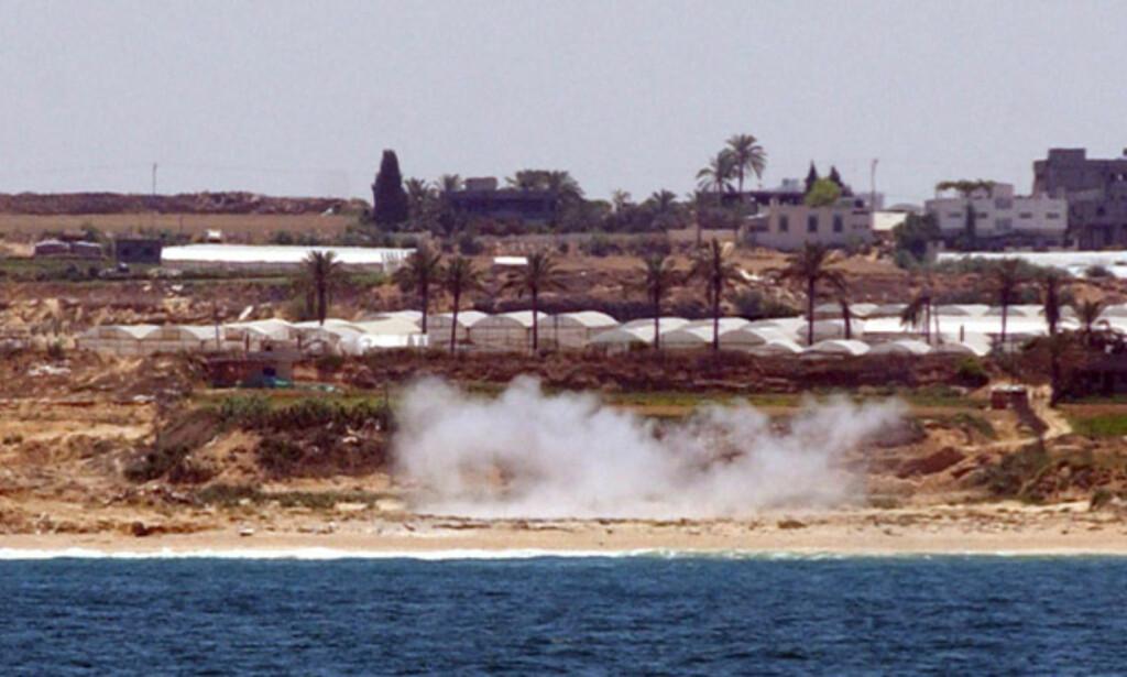 TRAFF STRAND: Bildene fra det israelske forsvaret viser hvordan stranda ble truffet. Foto: Scanpix/Det israelske forsvaret