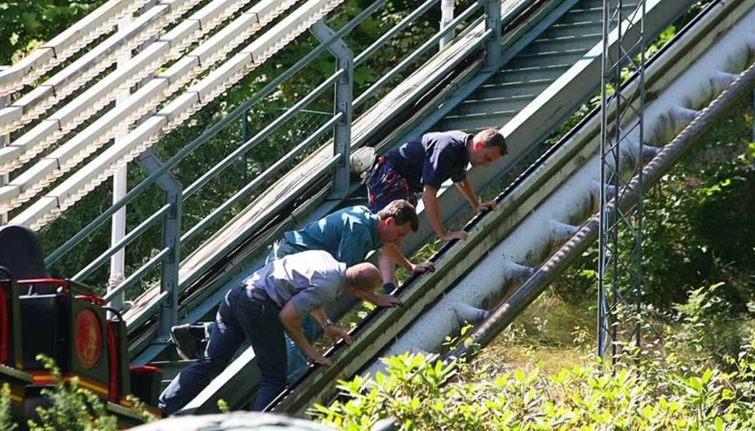 <strong><b>TEKNISK UNDERSØKELSE:</strong></b> Teknikere er på plass for å undersøke hva som gikk galt da to vogner kolliderte. Foto: Scanpix